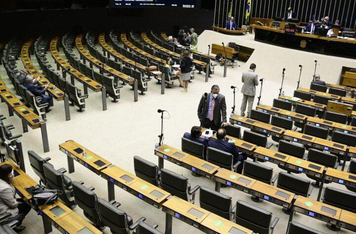 Deputados derrubam vetos a lei que suspende os despejos na pandemia
