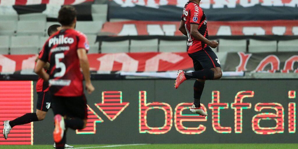 Athletico-PR vence Peñarol e Sul-Americana terá final brasileira
