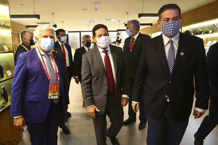 O vice-presidente Hamilton Mourão durante visita ao pavilhão de Portugal na Expo Dubai 2020.